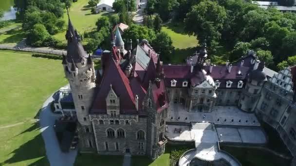 Luftaufnahme der Burg Moszna in Polen, einer der prachtvollsten Burgen der Welt. Berühmte Orte in Europa zu sehen. Welterbe