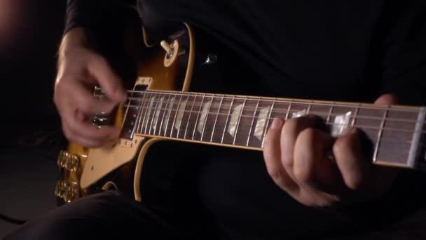 gitáros gitározik a stúdióban.Lassú mozgás 100 p. sötét háttér