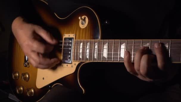 Gitáros gitározik a stúdióban a felvételen .