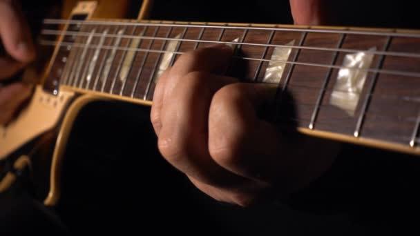 A gitáros gitározik a stúdióban. Lassú mozgás 100p