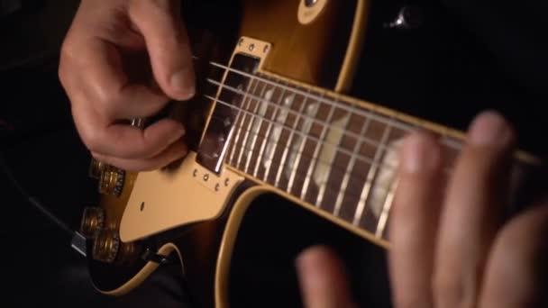kytarista hraje na elektrickou kytaru  .