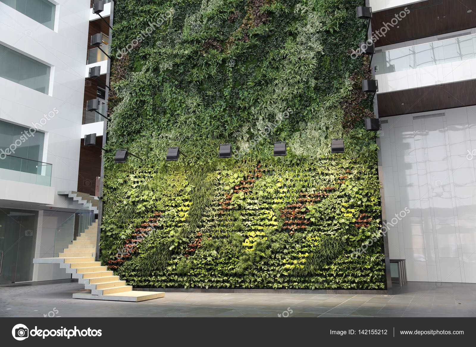 Grüne Wand im Bürogebäude — Redaktionelles Stockfoto © ironstuff ...