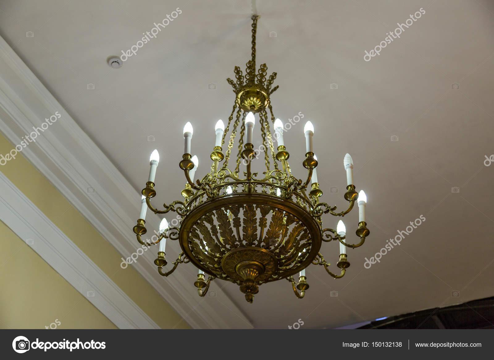 Alten Geschmiedete Leuchter Mit Mehreren Hellen Lampen U2014 Foto Von Ironstuff