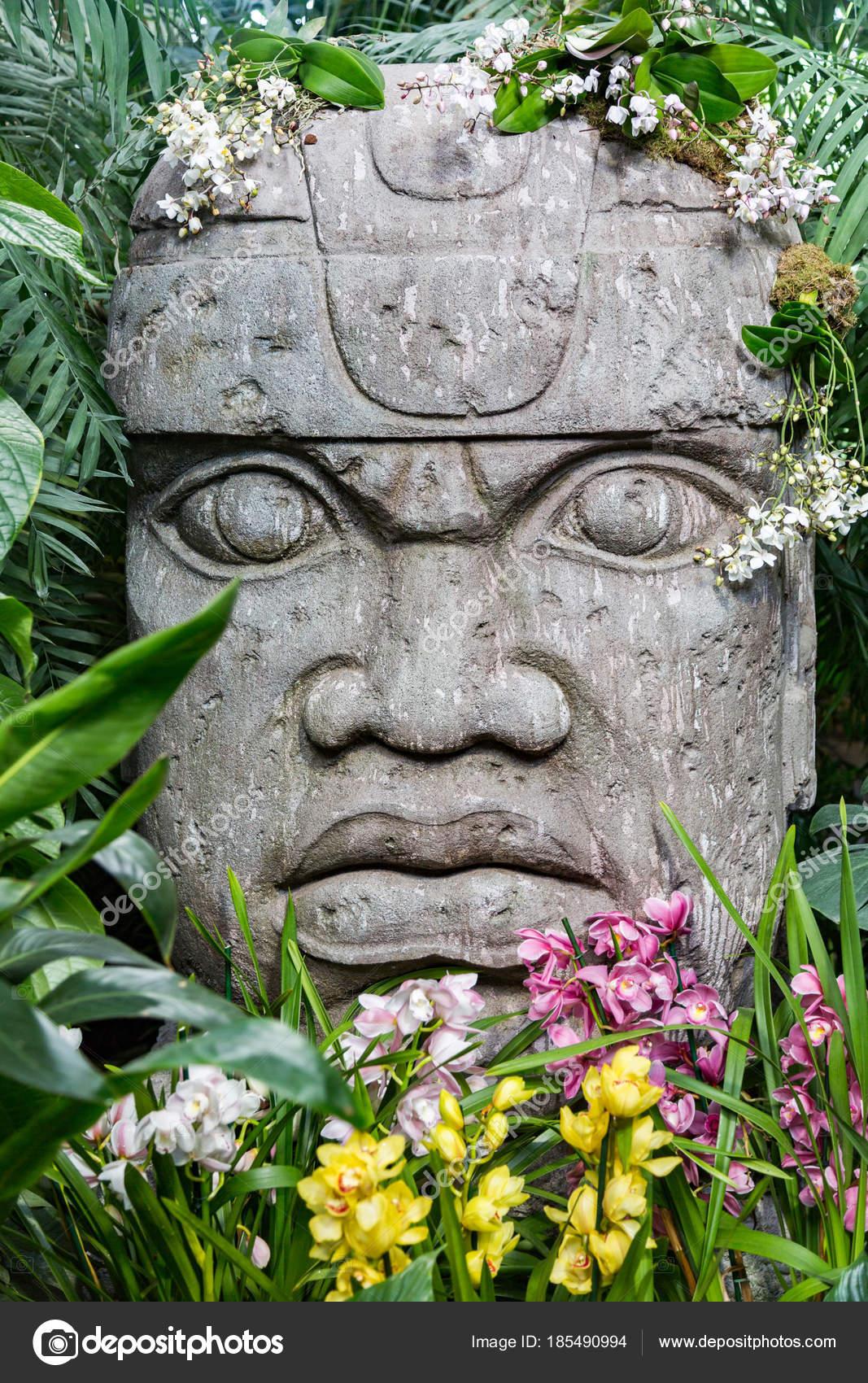 Skulpturkomposition In Einem Gewachshaus Mit Pflanzen