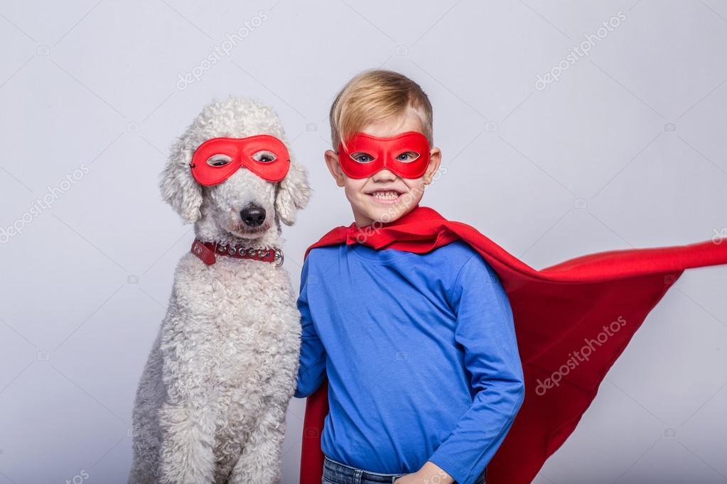 Beau Petit Superman Avec Chien Super Héros Halloween Portrait En