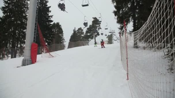 Skifahrer und Snowboarder beim Skifahren