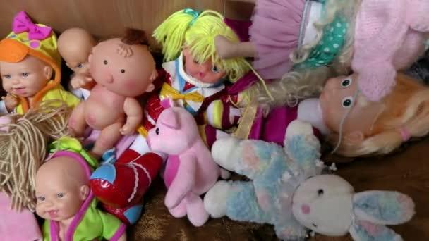 Hračky pro děti jsou rozmanité. Pozadí dětského hřiště.