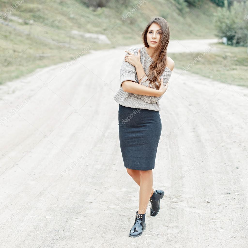 the best attitude 2ecab 50ef7 Modello di bella ragazza in un maglione grigio, gonna e ...