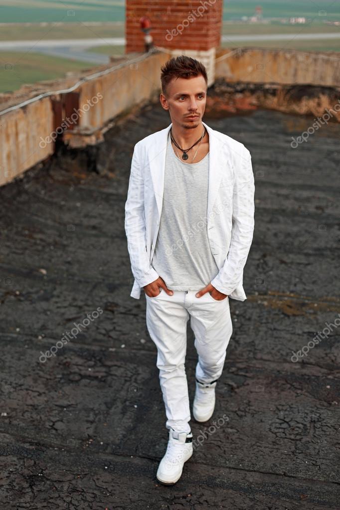 3062691b67459 Hombre joven guapo con el pelo en una chaqueta blanca