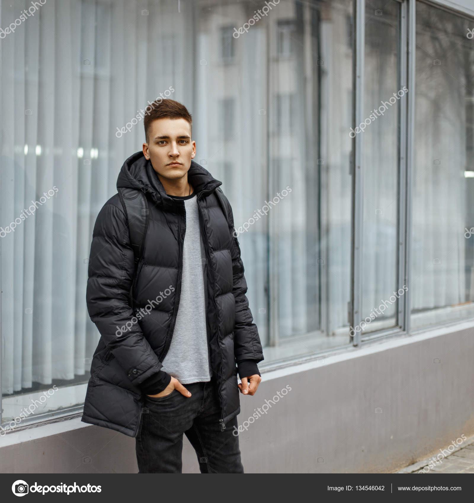 9623661156 Fiatal férfi-egy divatos téli kabát pózol az ablak mellett — Stock ...