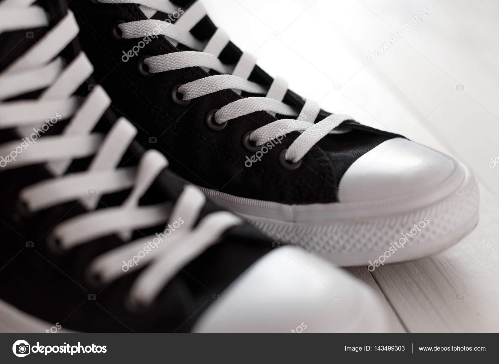 76c28d0011a Μαύρα αθλητικά παπούτσια με λευκά κορδόνια σε λευκό φόντο — Εικόνα από ...