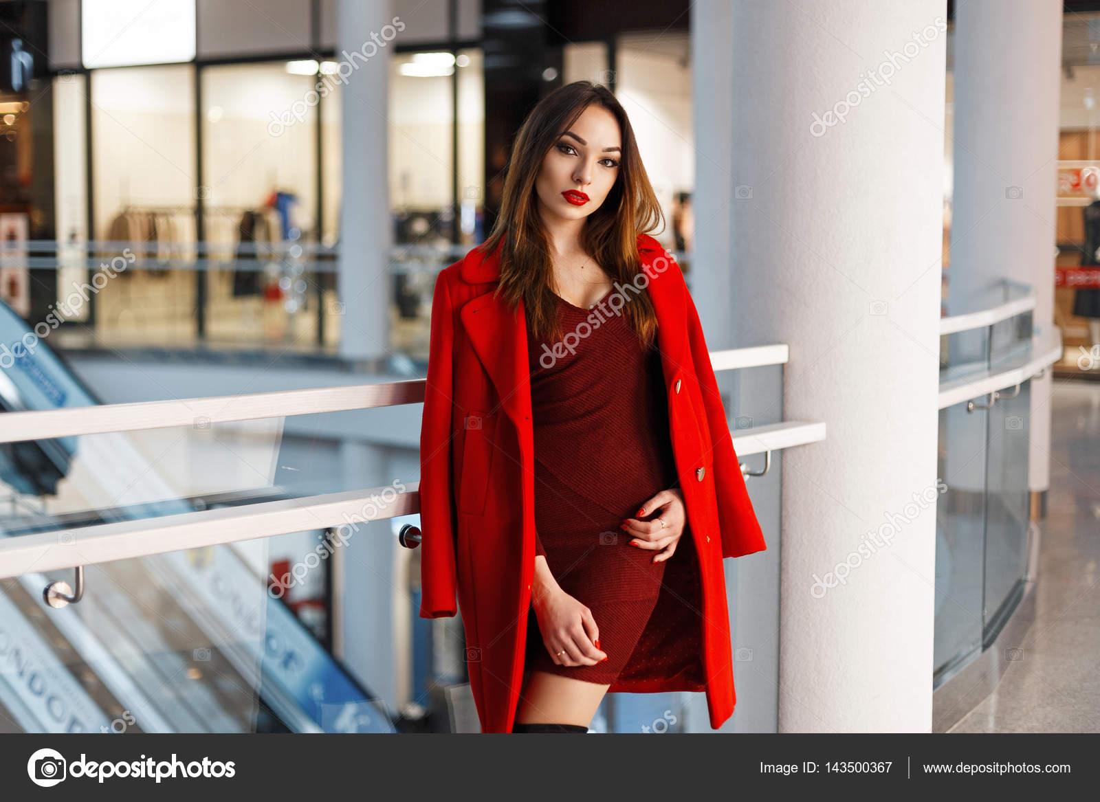 fc4141f6f06c48 Stilvolle junge Frau im roten Mantel in der mall — Stockfoto ...