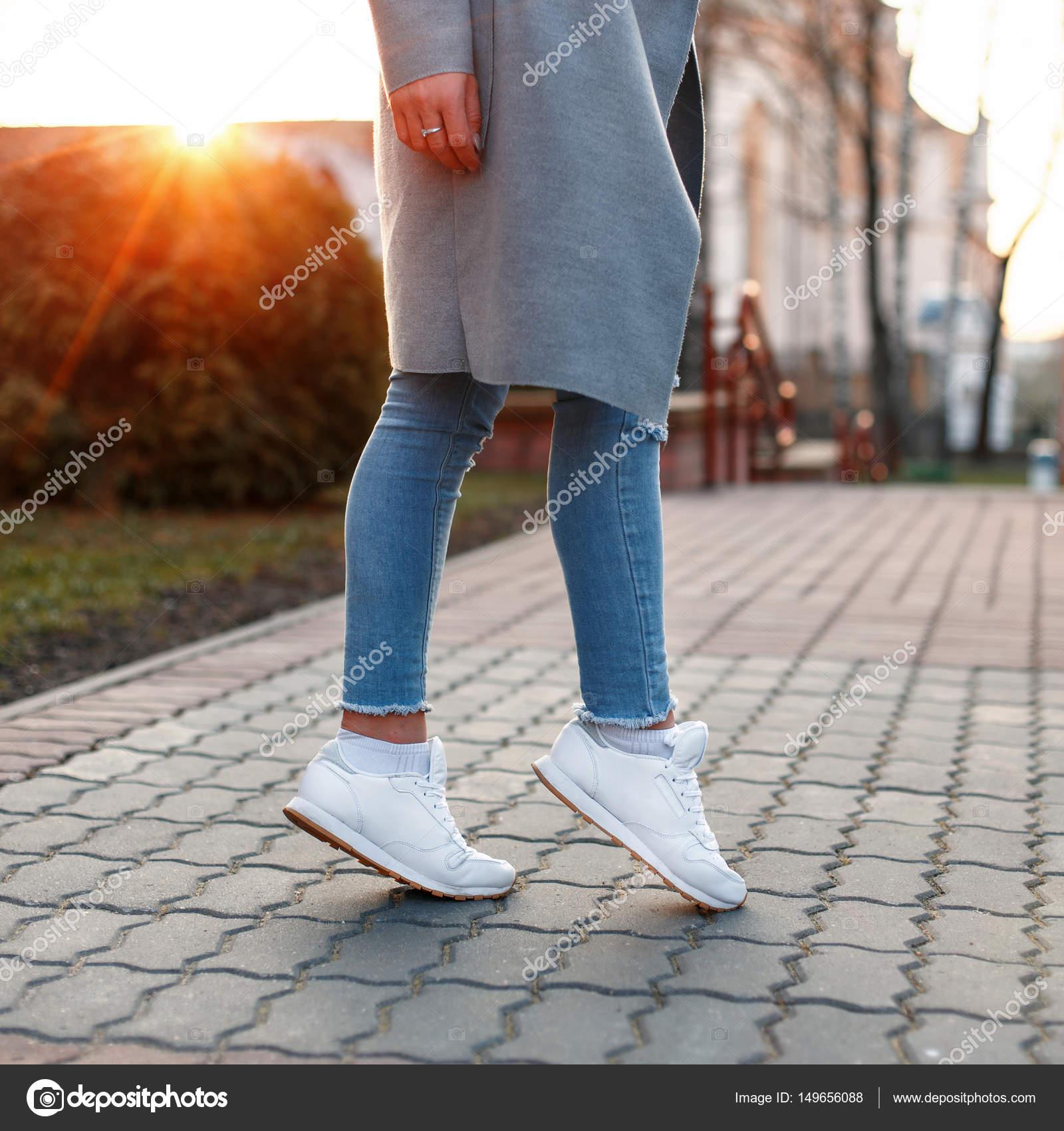 pantalones con mujeres y vaqueros blancos zapatos al hermosas atardecer Piernas OYqwgA