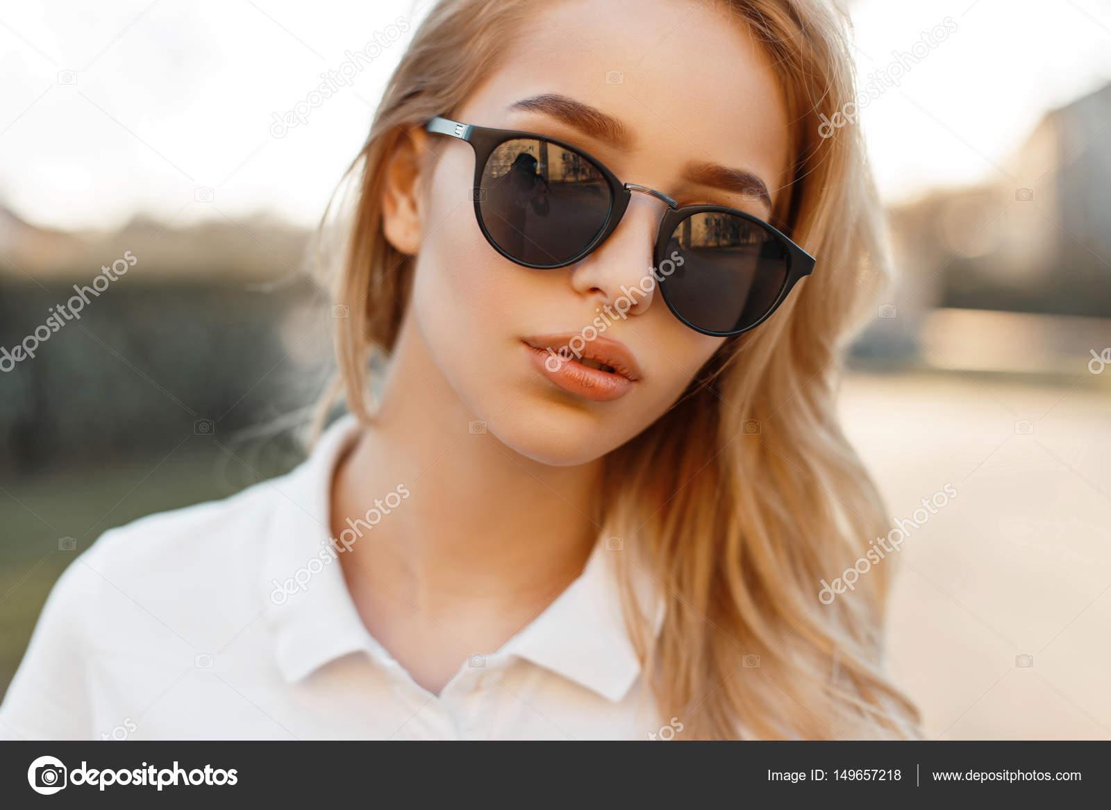 Szép fiatal lány napszemüveg egy tavaszi napon e2fcd8dc85