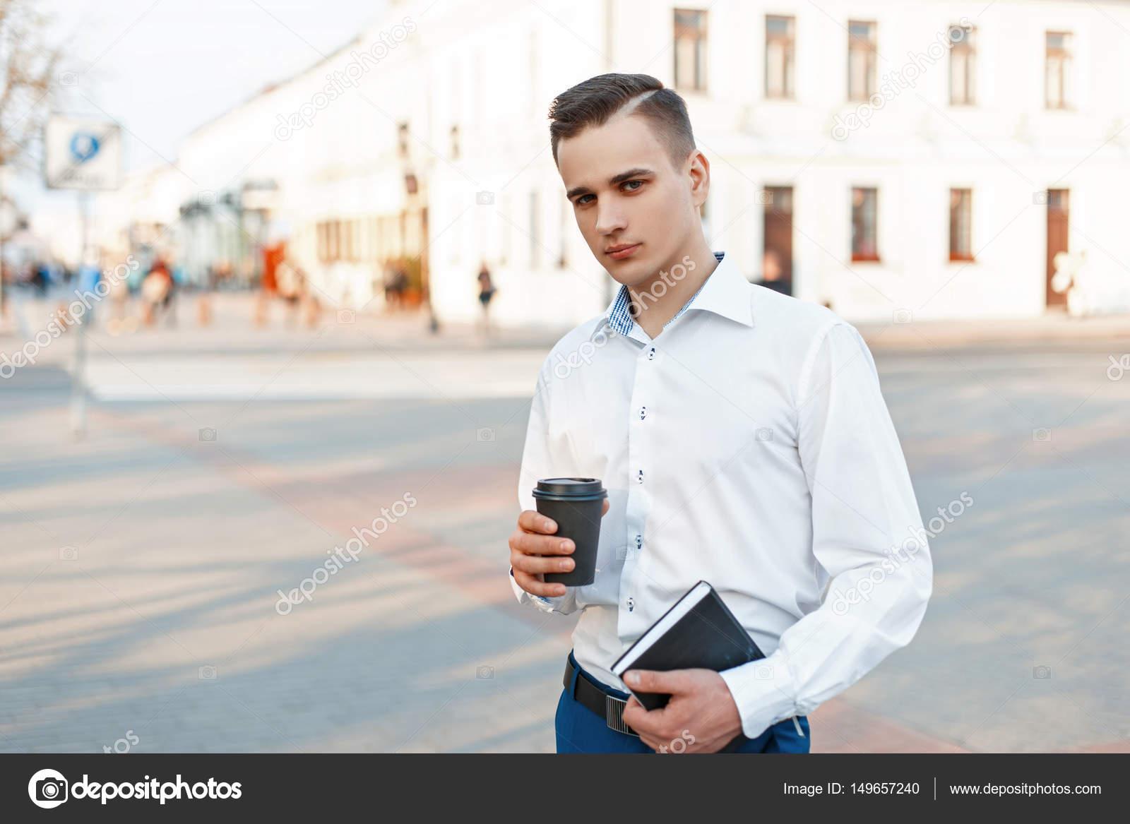 Schone Buro Mann Mit Kaffee Und Einem Notebook In Der Stadt