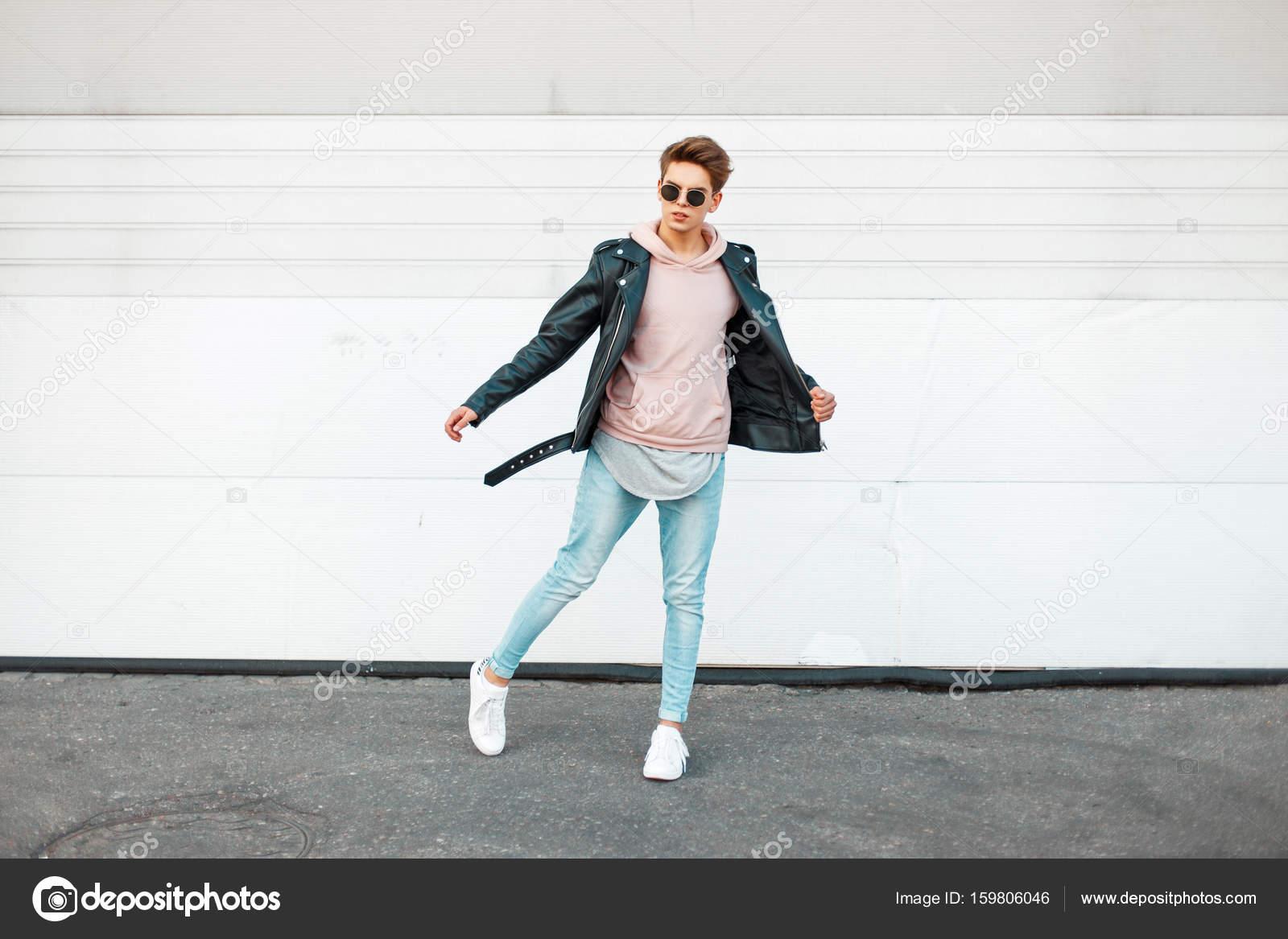 b36b0dee1b47a Hübscher Junge modische Mann mit Sonnenbrille in einer schwarzen ...