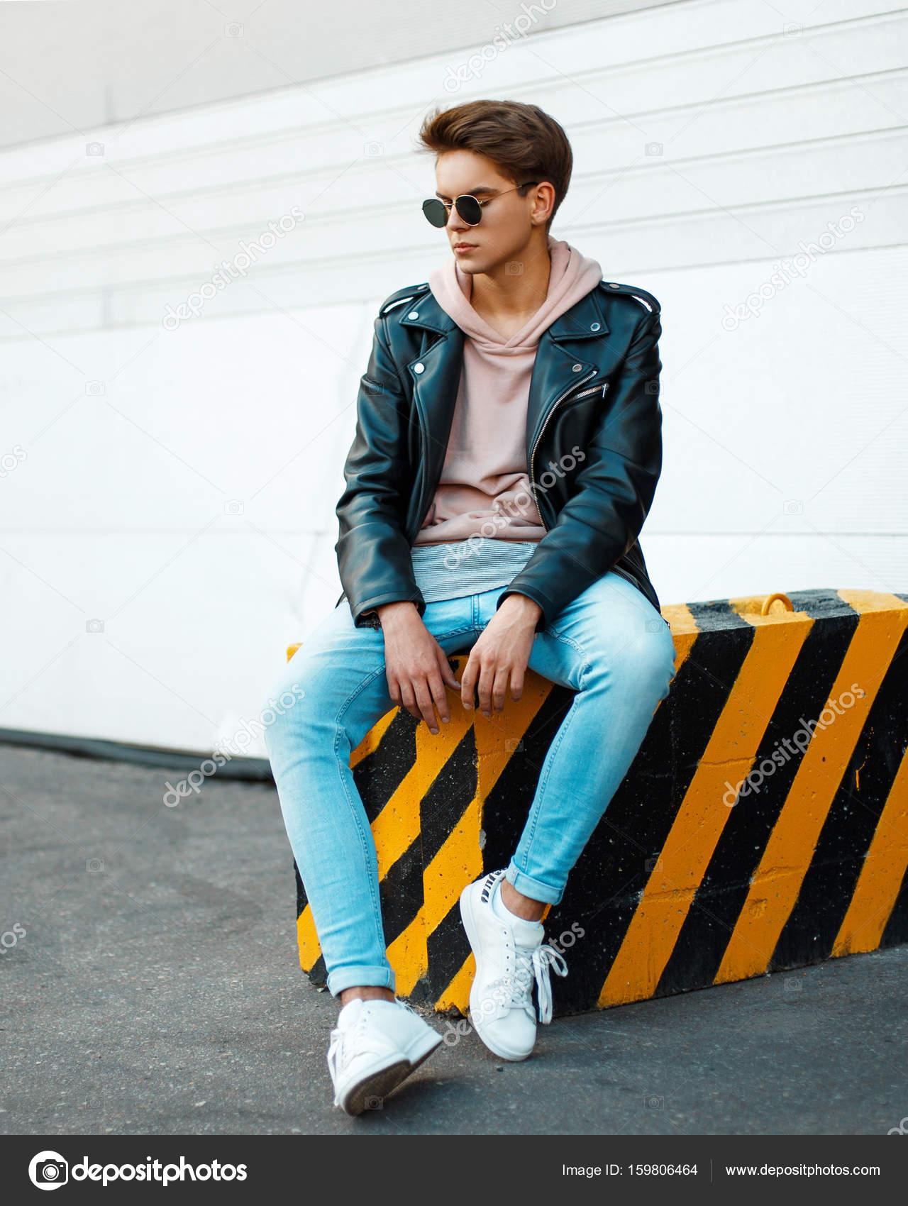 b27239b46aff9 Schöner junger Mann mit Sonnenbrille in eine stilvolle schwarze ...