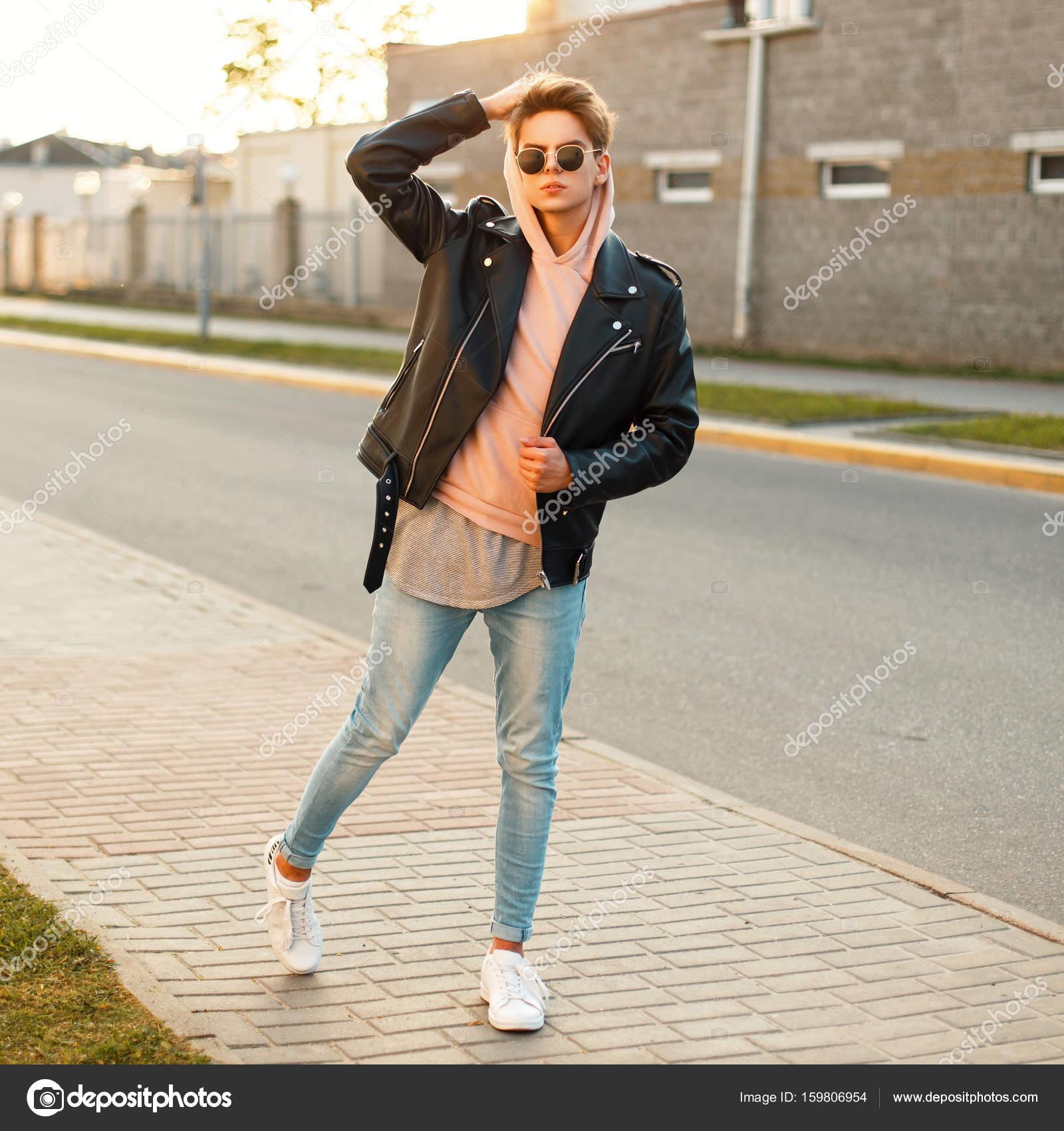 profesional de venta caliente detalles para profesional de venta caliente Chico guapo en una chaqueta de cuero, jeans y zapatos ...
