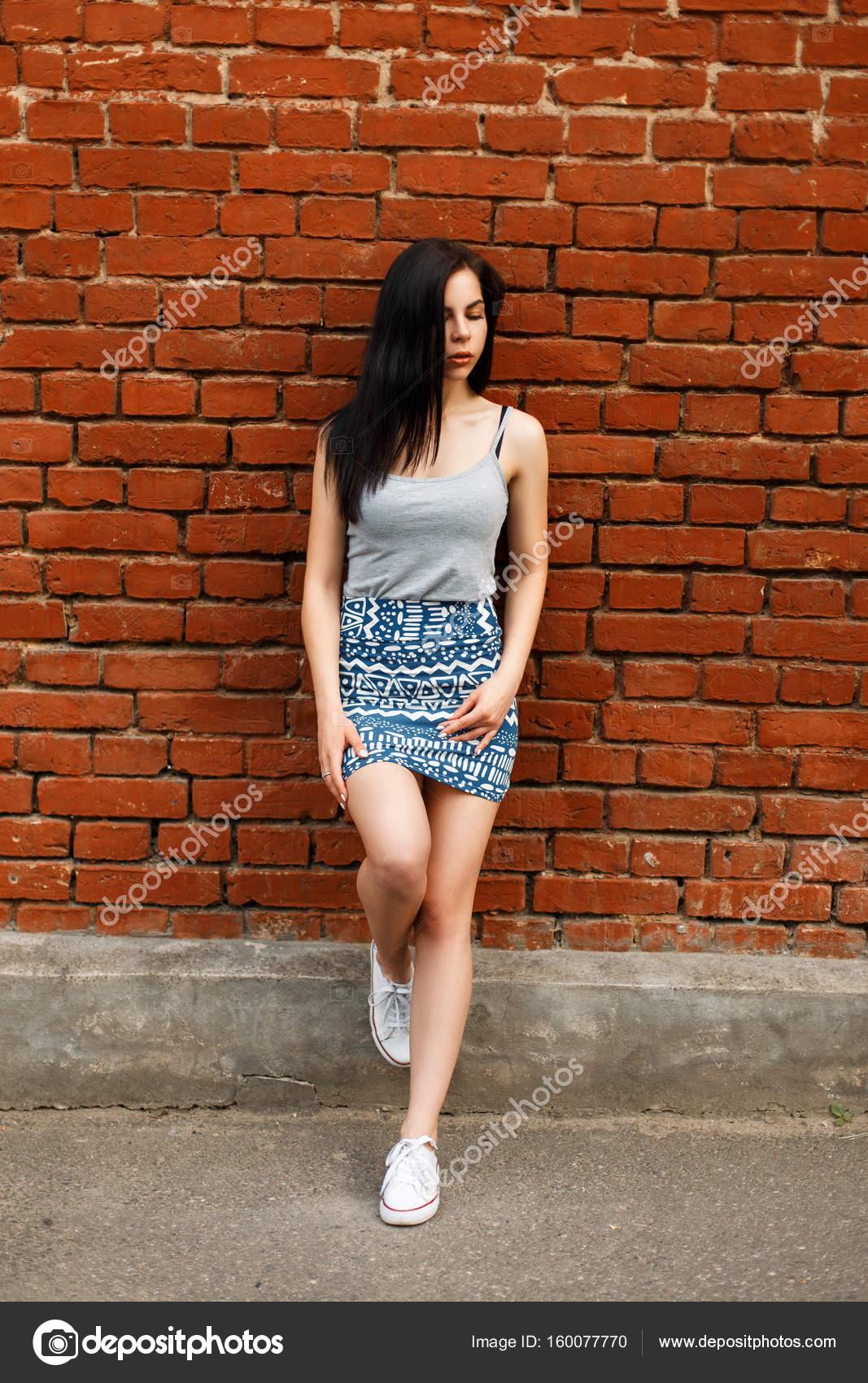 d'été et avec de en sport chaussures une une femme jupe Belle nOHz1S