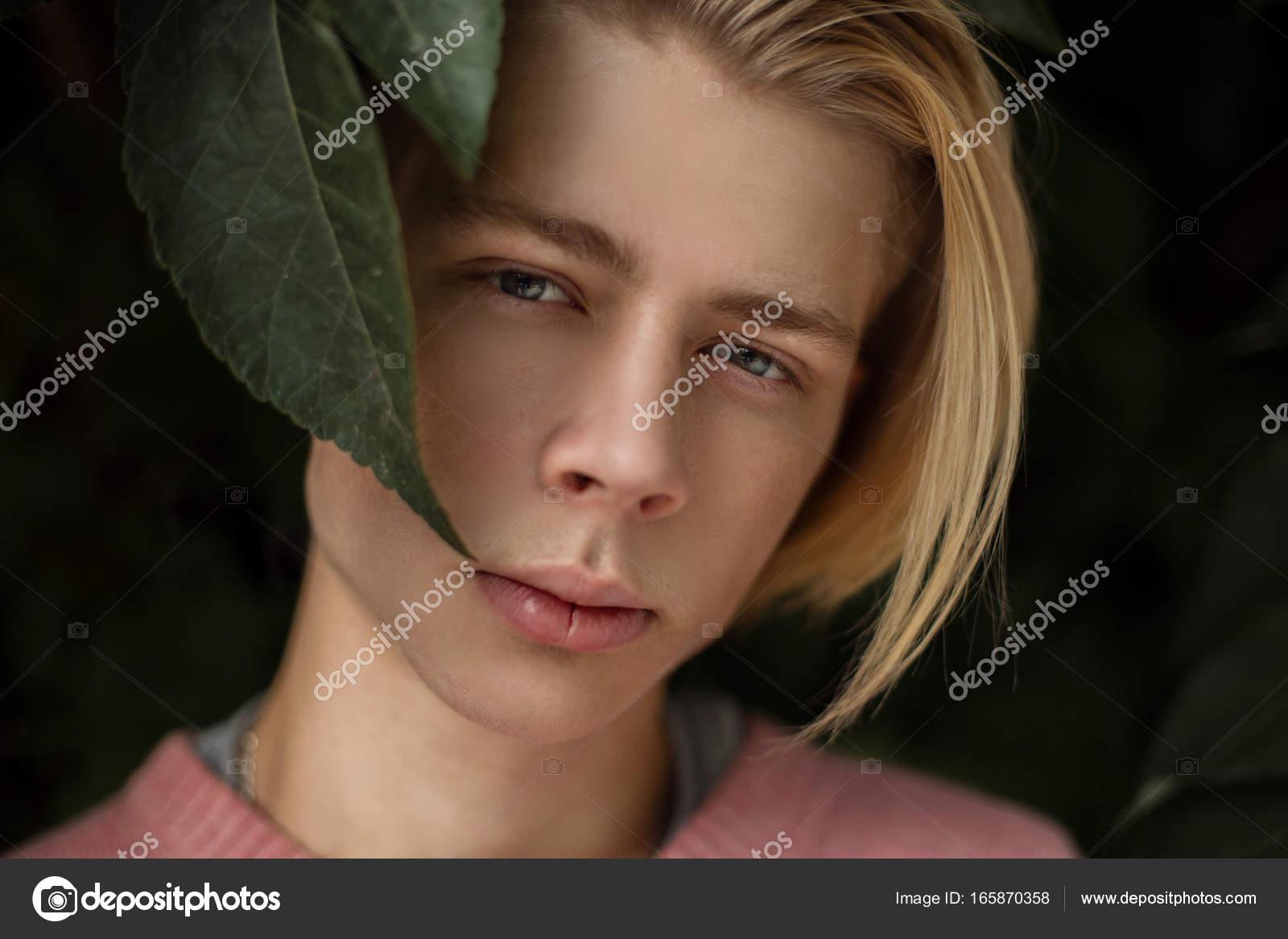 Portrait Naturel D Un Beau Jeune Homme Avec Une Coiffure Blonde Dans