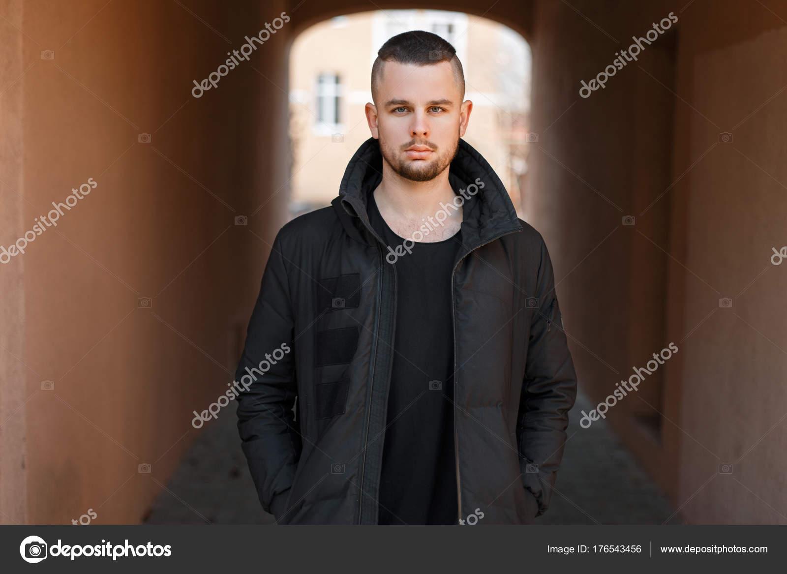 744d7f938 Hombre guapo joven con estilo con un corte de pelo corto en una ...