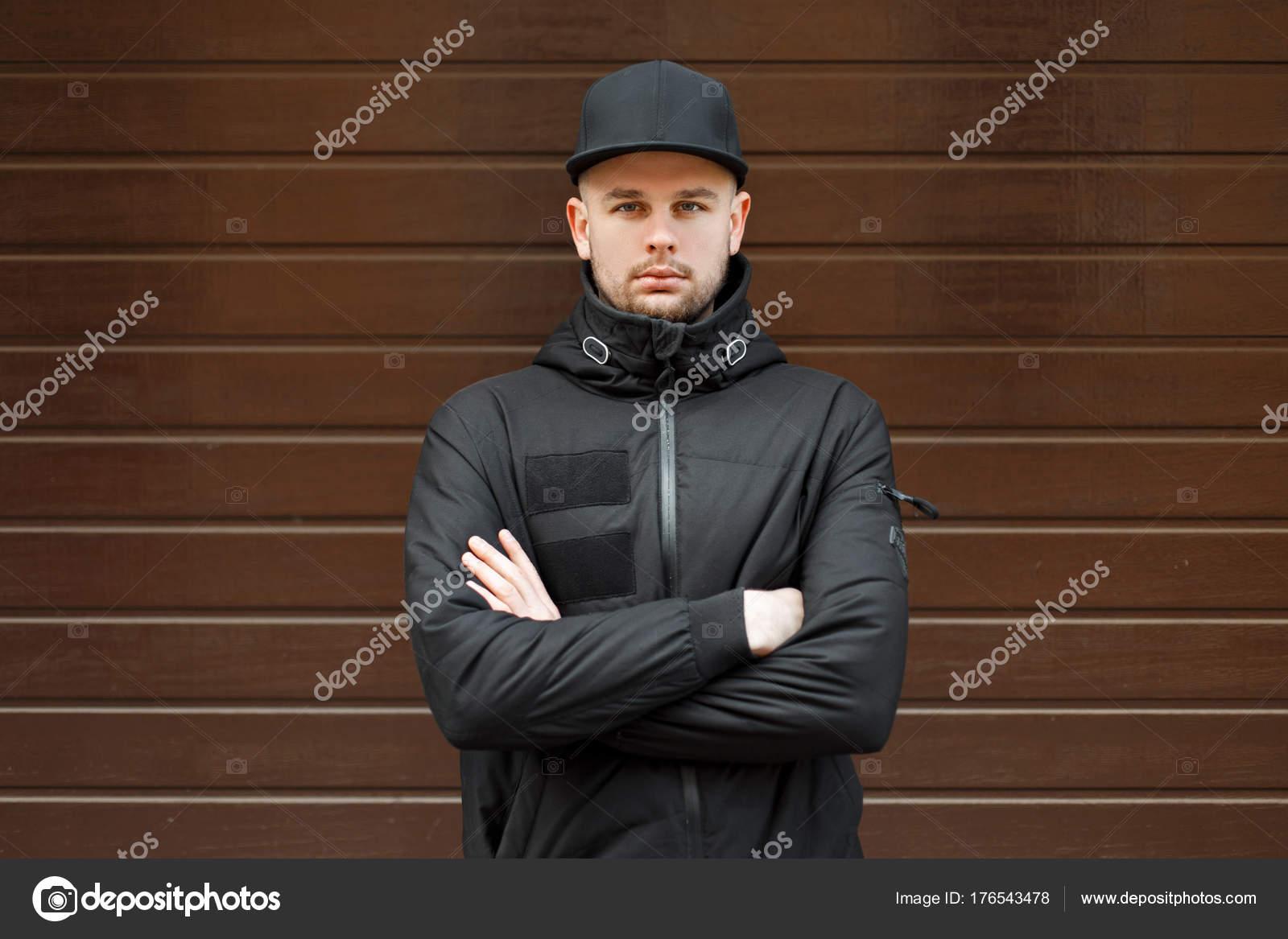 De Noir Casquette Une Homme Beau Et Baseball Mode La Élégant À Dans HBnnXOq