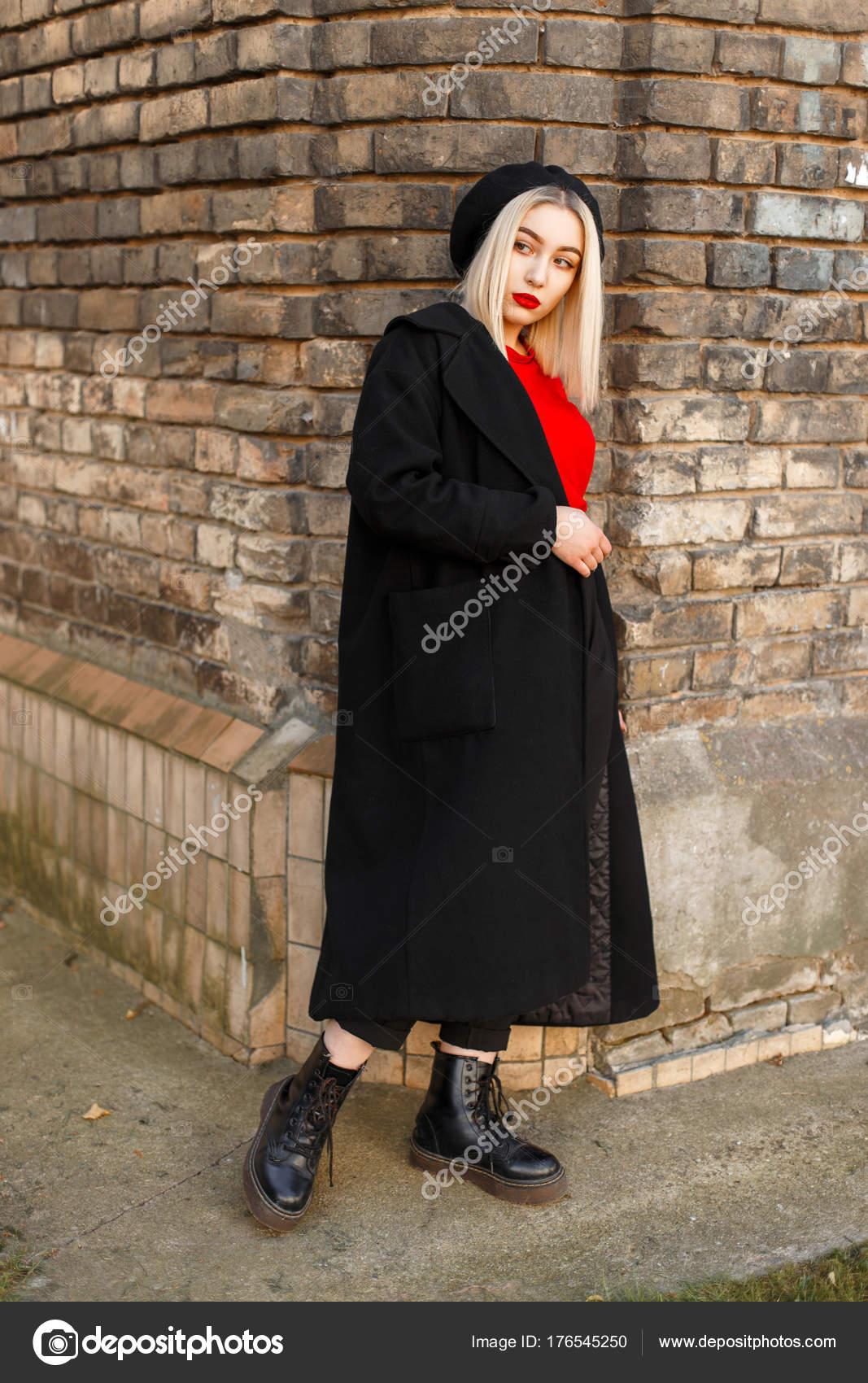 Красивая стильная женщина в Черное пальто с красным Джерси в черный берет  возле старинных кирпичной стены — Фото автора alonesdj 935b8dae7db87