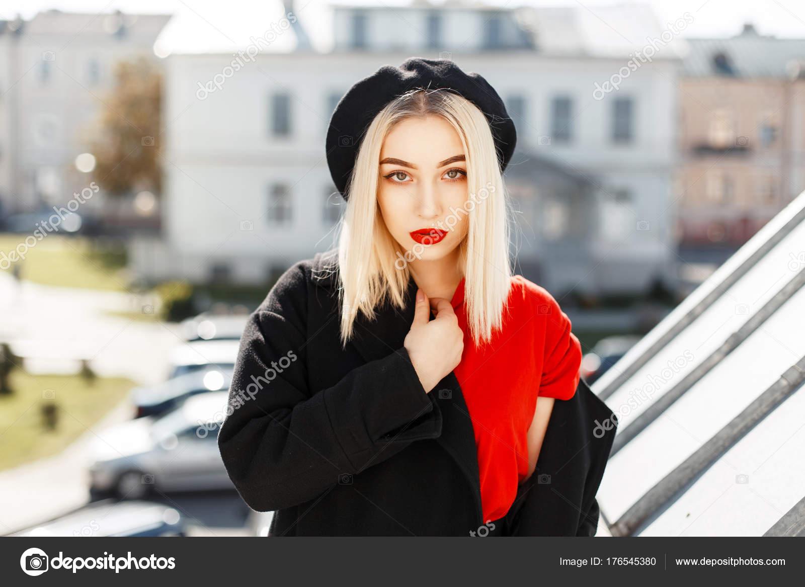 Красивая модная блондинка в модные осенние Черное пальто с берет позирует в  городе в Солнечный день — Фото автора alonesdj 706dab6aabe00