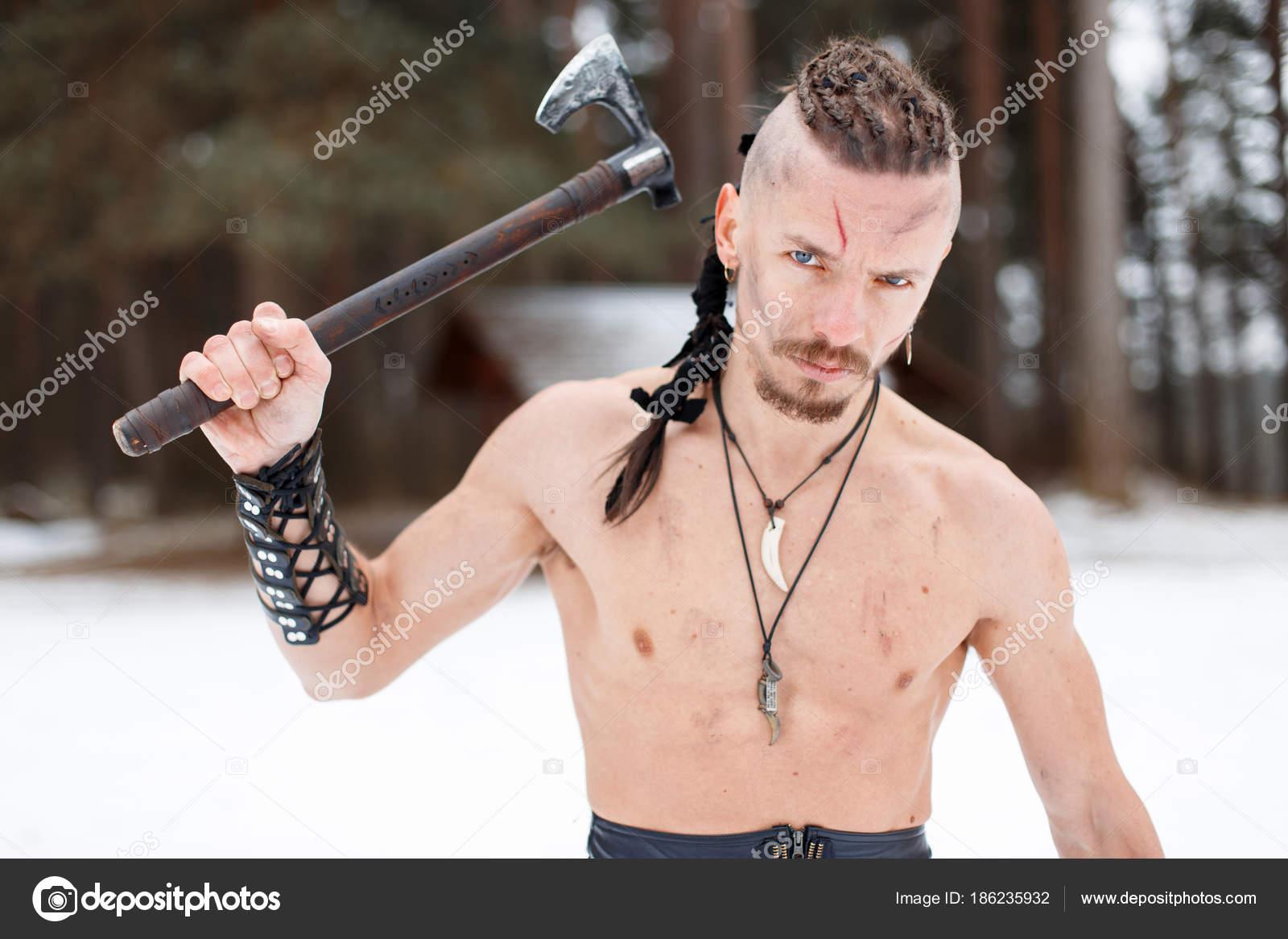 Viking Mann Ein Krieger Mit Einem Nackten Oberkörper Mit Einer Axt