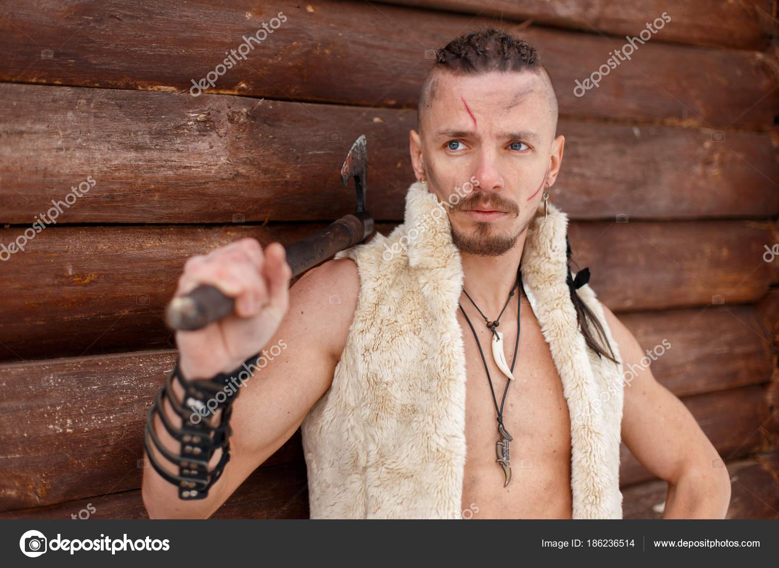 Viking Mit Einer Narbe Mit Einer Frisur Halten Eine Axt In Eine