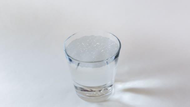 Hurikán ve sklenici vody (světlo) 4k (smyčka). Bouře v čajové konvice. Bouře v šálku čaje. Kombinace fotografie s animací, vytvořená ve 4k dokonalé smyčce. Metafora nebo symbol pro malou nebo nedůležitou událost, která je přehnaně reagoval, jako by to bylo výrazně