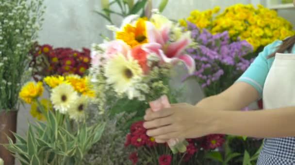 Virágárus nő, amely egy szép virág csokor egy ügyfél