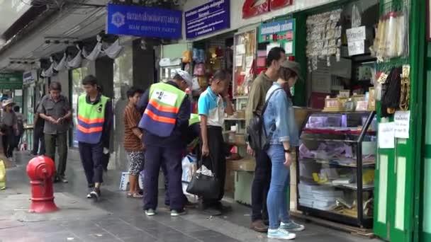 Persone sono interessate ad acquistare amuleti nel mercato