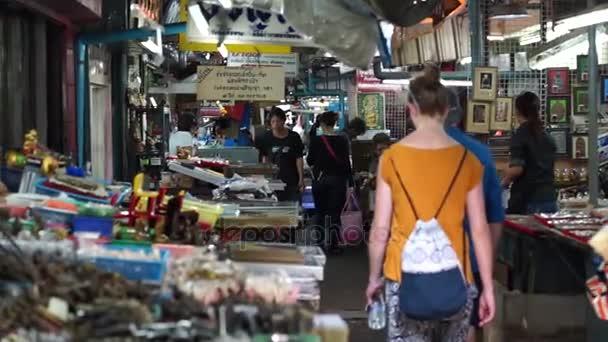 Persone sono interessate ad acquistare amuleti in Thailandia più grande mercato di amuleto