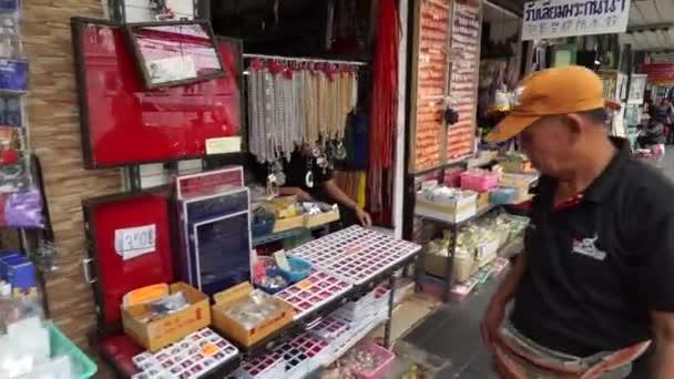 Camminando davanti al mercato degli amuleti di Bangkok, punto di vista girato