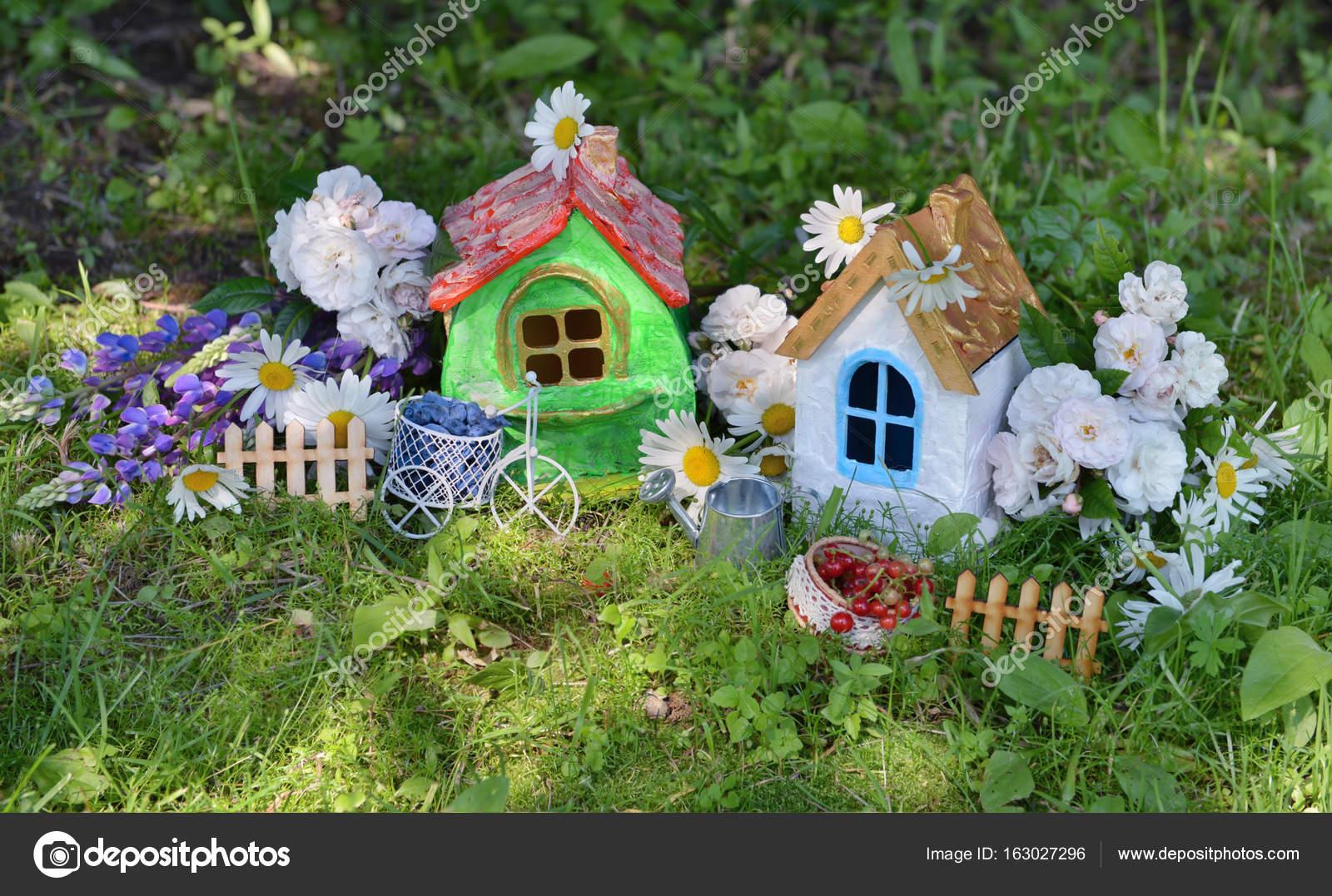 Case Piccole Con Giardino : Due piccole belle case con giardino fiori e bacche di estate u2014 foto