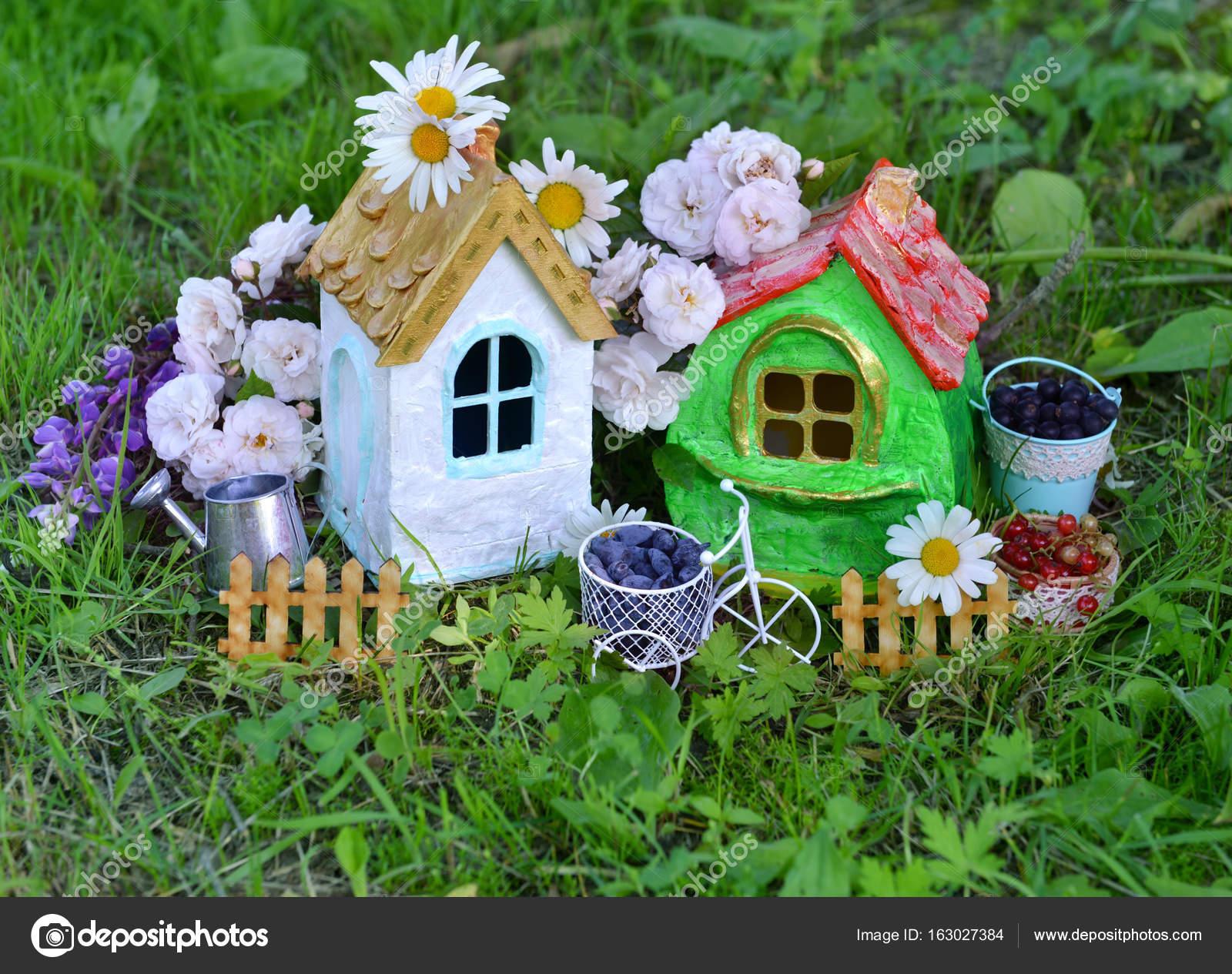 Case Piccole Con Giardino : Due piccole case carine con bacca di estate piccolo recinto