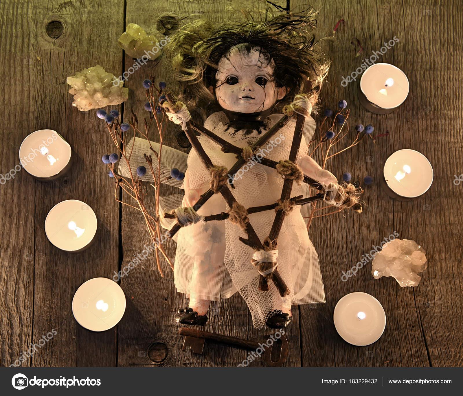 Beängstigend Voodoo Puppe Mit Kerzen Pentagramm Und Vergiften Beeren ...