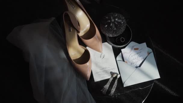 Svatební doplňky na svatbě, zátiší s botami nevěsty, svatební pozvánky. Úžasný svatební snímek