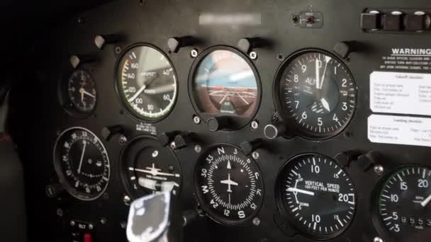 Kabinensteuerung von Flugzeugen. Messgerät, Sensoren, Indikatoren für den Piloten. Kleinflugzeug während des Fluges. Fahrendes kleines Flugzeug, Blick aus der Innenkabine des Kapitäns. Radar im Einsatz