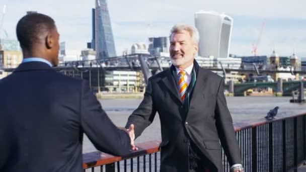 Dva muži podnikání setkat a potřást rukou před konverzaci