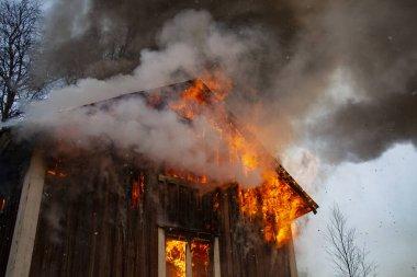 Eski ahşap ev yanıyor..