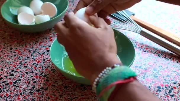 Chef bricht Eier in einer Schüssel, um Omellete zur Mittagszeit zuzubereiten-10 sec