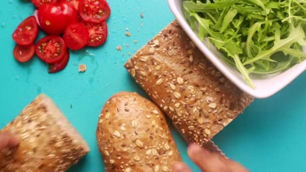 Lapos laikus ember avokádó paradicsom tartin szendvics