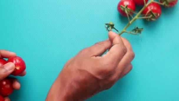 Cseresznyeparadicsom daraboló asztalon történő elkészítésére szolgáló lapos laikus személy