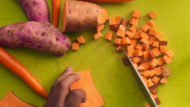 Lapos tojóember zöldségeket készít aprítódeszkán