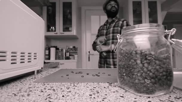 Person zu Hause geröstete Kaffeebohnen manuell mahlen