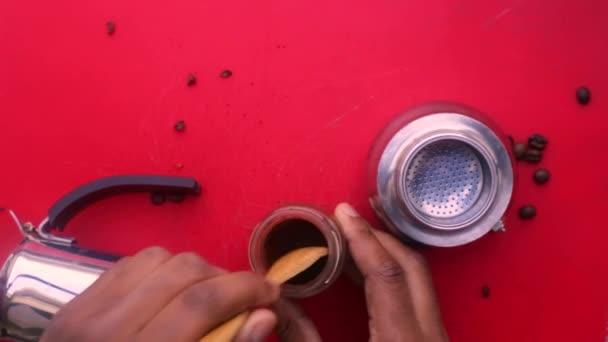 Flacher Laie bereitet Espresso-Kaffee mit einer Mokka-Kanne zu