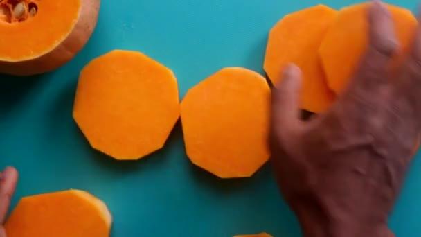 Ploché ležel video osoby ruce připravuje dýňový máslový squash