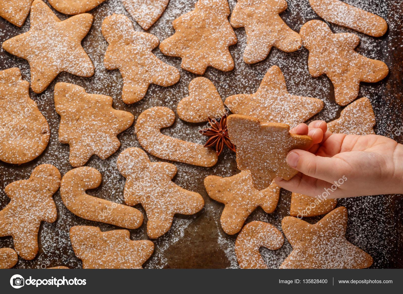 Traditionelles Weihnachtsgebäck.Traditionelles Weihnachtsgebäck Mit Gewürzen Und Puderzucker In Form